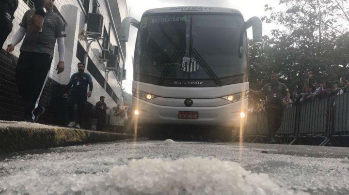 Hinchas de un club de fútbol usaron sal gruesa y ayudaron a su equipo a escapar de la zona de descenso