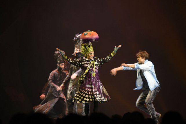 Años luz. El show despliega acrobacia, teatralidad, danza y canto a través de las canciones de Cerati.