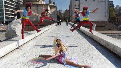 Los protagonistas del show, conformado por más de 30 artistas de 18 países, se divirtieron montando una sesión de fotos en el Monumento a la Bandera.
