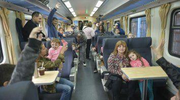 Felices. Los chicos, ayer, a bordo del vagón del tren de pasajeros.