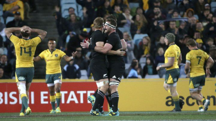 Dos torres. Kieran Read y Sam Whitelock se abrazan tras conseguir la victoria.