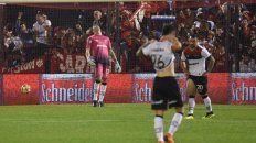 Sufren. Ibáñez, Fértoli y Ferroni se lamentan por el 2º gol del rojo.