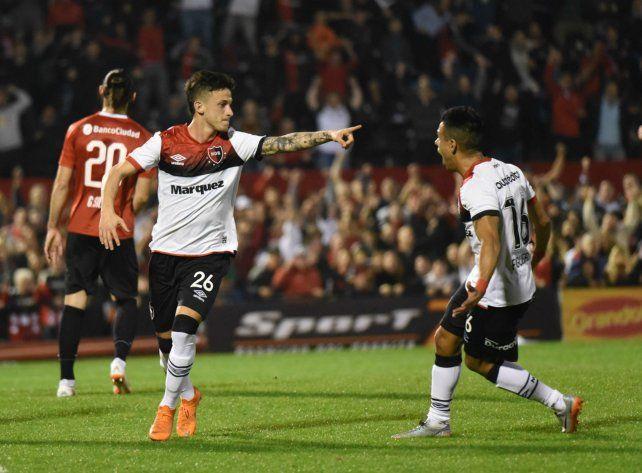 Es tuyo. Héctor Fértoli acaba de marcar el primer empate leproso tras una gran cesión del Negro Víctor Figueroa.