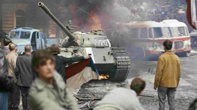 Por la democracia. Manifestantes se enfrentaron a los tanques soviético en las calles de Checoslovaquia.