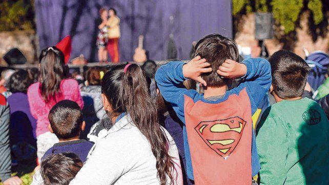 Súperdomingo en el parque. Decenas de niños se congregaron en torno a las propuestas infantiles que desplegó el municipio en el Tríptico de la Infancia.