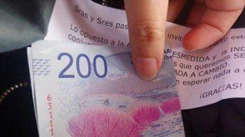 Un abuelo repartió billetes de 200 pesos a los pasajeros de un tren