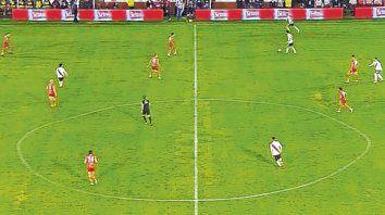 Un espanto. El campo de juego del estadio de Huracán dejó en evidencia que la Superliga otorga las licencias de clubes sin siquiera controlar si cumplen los requisitos.