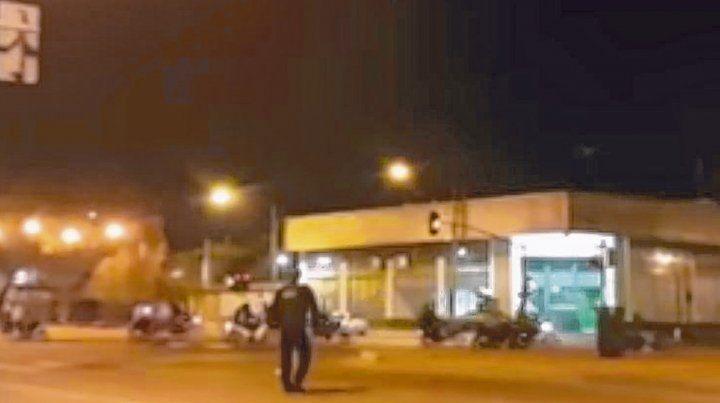 De no creer. Un policía observa a los motociclistas. El video se viralizó por las redes sociales el fin de semana.