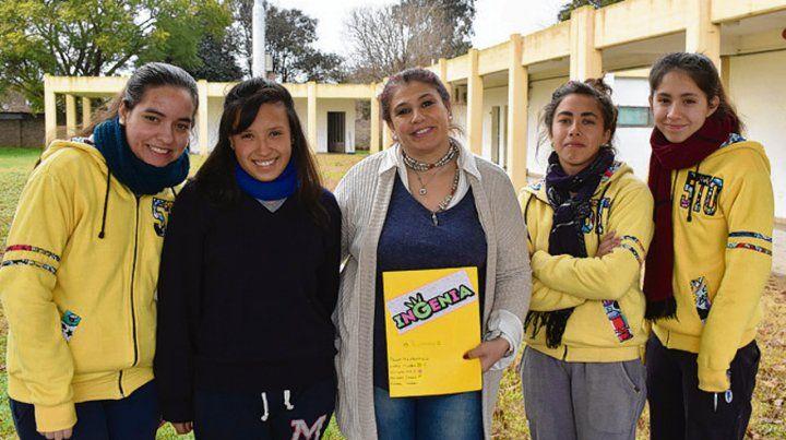 Premiadas. El grupo de las cinco alumnas secundarias de San Eduardo.