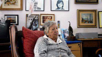 Una vida de lucha. Chicha Mariani junto a las fotos de su hijo y su nuera, asesinados en la dictadura, y su nieta desaparecida.