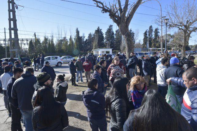 Trabajadores de la Fábrica de Armas de Fray Luis Beltrán marcharon contra los despidos