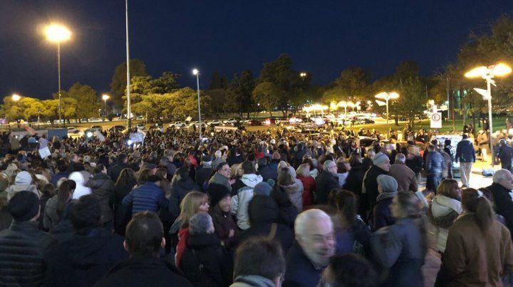 Algunos rosarinos llegaron hasta el Monumento a la Bandera para pedir por el desafuero de Cristina Kirchner y la aprobación de la Ley de Extinción de Dominio.