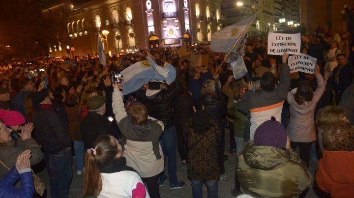 Masiva presencia de rosarinos en el Monumento para pedir el desafuero de Cristina Fernández de Kirchner.