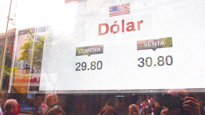 Presión. La demanda de divisas se mantiene fuerte