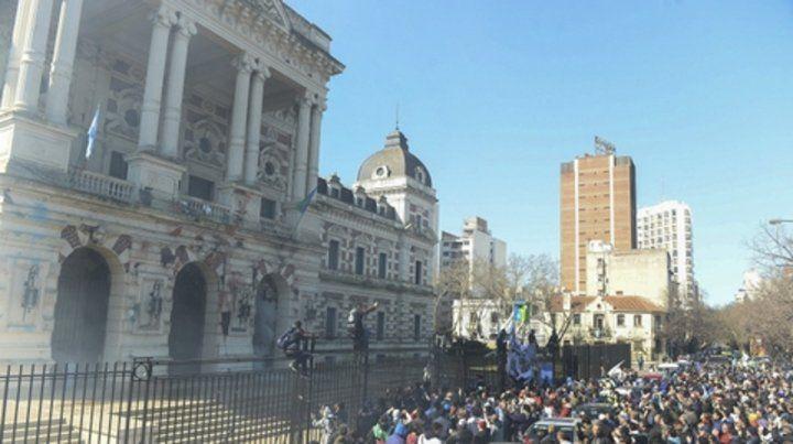 brutalidad. El gobierno de Vidal respondió a la demanda con balas y gases.