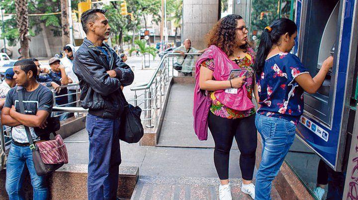 Largas filas. Los cajeros automáticos entregaban hasta 10 bolívares soberanos por día