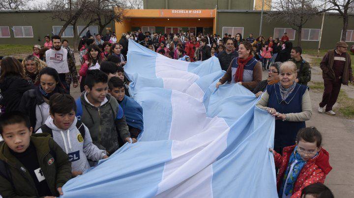 Alumnos y docentes realizaron un abrazo solidario por falta de gas en la escuela 1.263 Joaquín V. González.