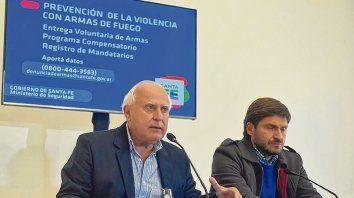 Anuncio. El gobernador Miguel Lifschitz y el ministro de Seguridad, Maximiliano Pullaro, ayer, en rueda de prensa.