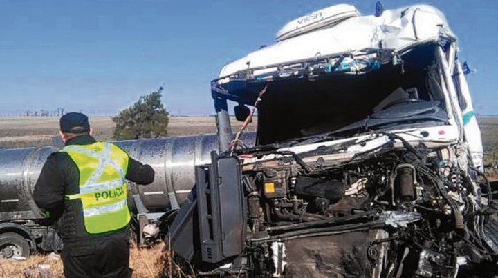 Siniestro violento. Uno de los camiones con la cabina destrozada.