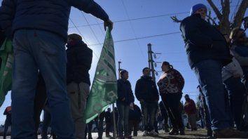 Movilizados. El martes, en Beltrán, los trabajadores hicieron ver su descontento por los despidos.