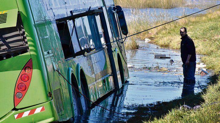 Tragedia vial. El coche de Rutamar volcó en la localidad de Vivoratá.