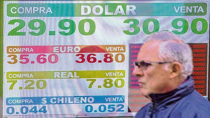 Sin techo. El dólar minorista volvió a trepar en la city. El gobierno busca revisar el acuerdo con el FMI.