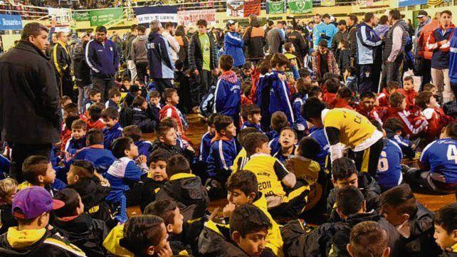 En Provincial. En primer plano los chicos que juegan en María Reina y Sarmiento.