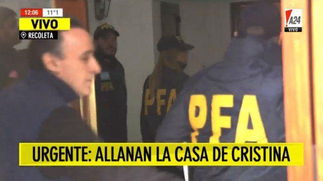 Comenzó el allanamiento en el departamento de Cristina en Recoleta