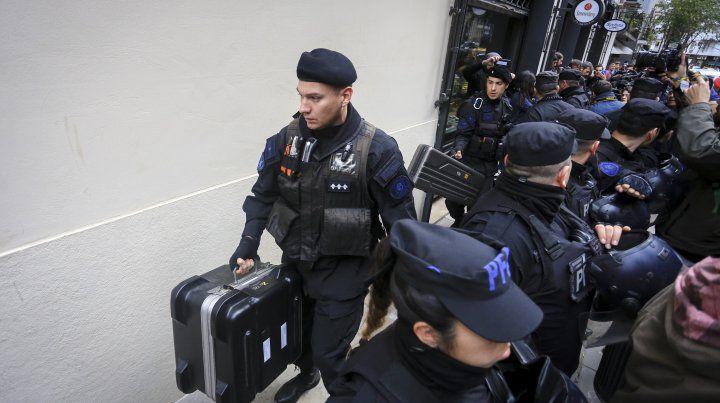 El abogado de Cristina denunció que lo echaron del departamento de Cristina durante el allanamiento