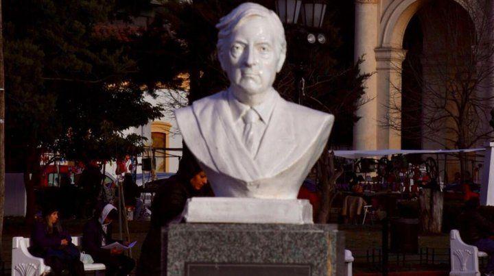 Retiran un busto de Kirchner de una plaza bonaerense