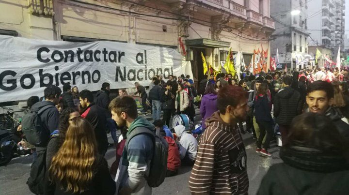 Los estudiantes están en la sede de Gobierno de la UNR a la espera de una solución al conflicto.