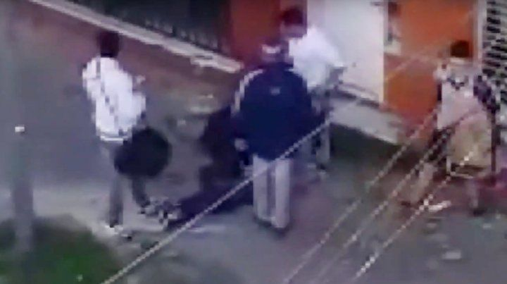 Un policía acude al llamado y detiene a uno de los delincuentes.