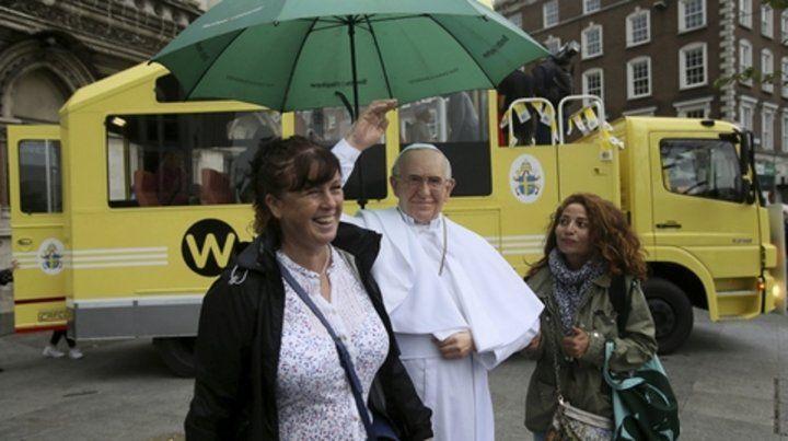 Irlanda. Una católica se fotografía junto a una imagen del Papa Francisco