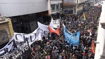 Enorme columna. Una multitud marchó desde la plaza San Martín hasta la sede de Gobierno de la UNR.