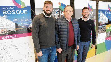 El empresario Lucio Di Santo y sus hijos Luciano y Lelio, dueños del shopping.
