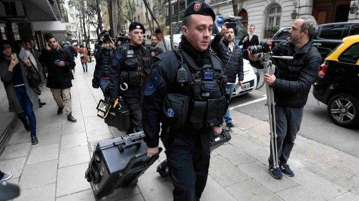 el desembarco. La Policía Federal llegó al departamento de la ex presidenta con equipos especiales.