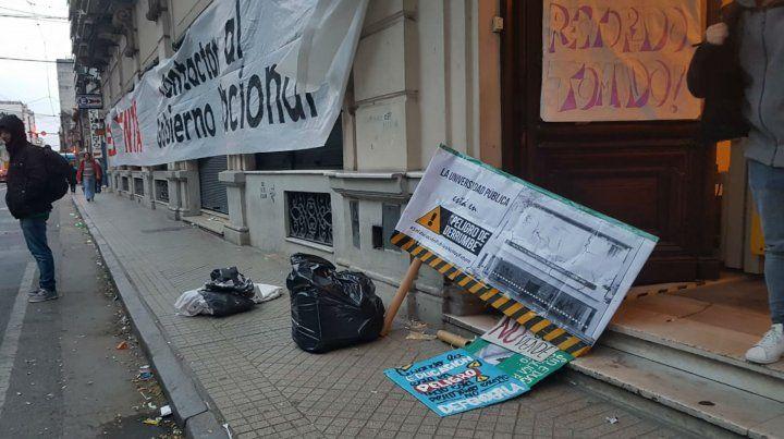 Los estudiantes realizaron una vigilia en la sede del Rectorado y también cortaron el tránsito.