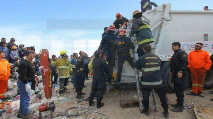 Un chico que dormía en un basural fue atropellado por un camión recolector