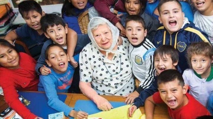 Todos somos tus nietos decía el afiche que los nenes de La Garganta Poderosa le llevaron a Chicha a su casa.