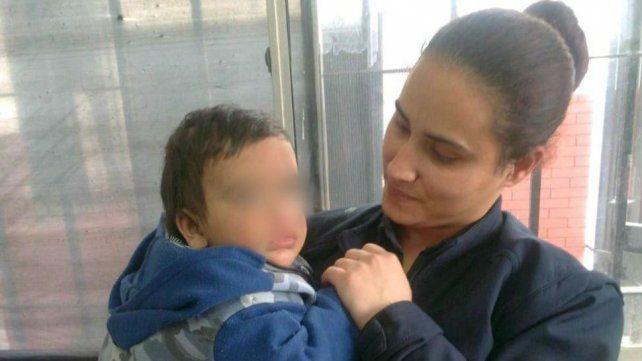 La policía que después de encontrarlo contuvo al nene.