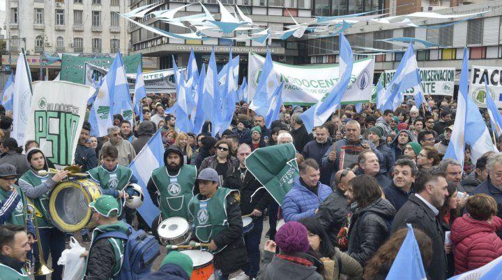 El gremio que nuclea a los no docentes de la UNR se movilizó masivamente por el centro junto a su histórico líder