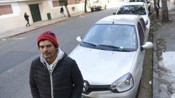 Conoce el lugar. Rubén hace 15 años que cuida coches frente al Colegio Dante Alighieri.