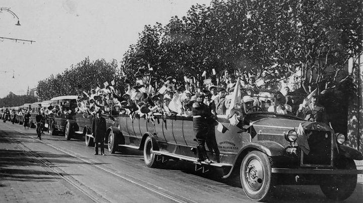 Automóviles de gran porte denominados «Bañaderas» en una excursión en 1929