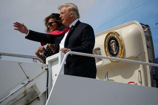 Trump y la primera dama Melania descienden del avión presidencial tras un corto viaje partidario.
