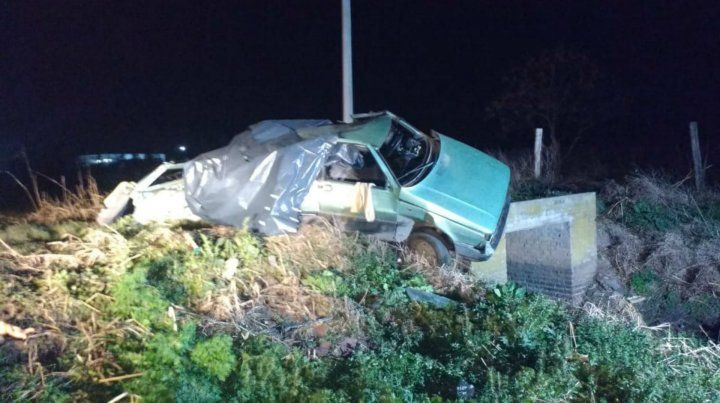 El vehículo donde iban las víctimas fatales quedó abrazo a un poste.
