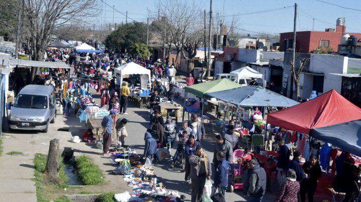 Así lucía ayer la feria popular que cada fin de semana se levanta en el corazón del barrio Toba.