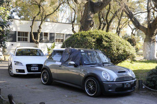 A remate. Un Audi y un Mini Cooper que fueron secuestrados a una banda ligada al narcotráfico.