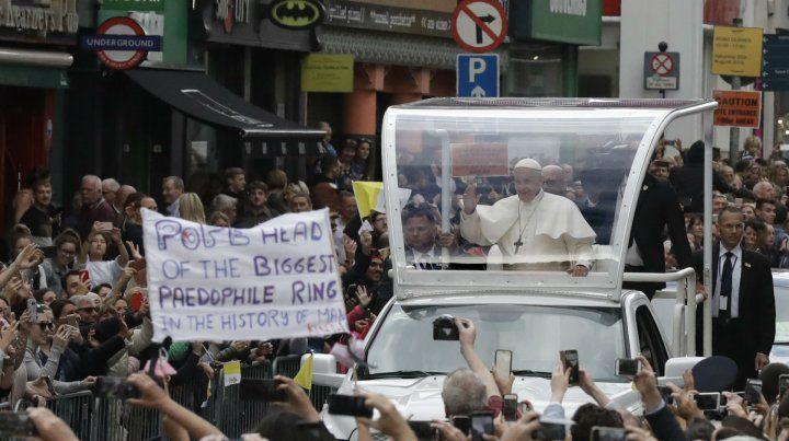 Críticas. Los irlandeses coparon Dublín para recibir al Papa. Pero los carteles condenatorios se hicieron ver.