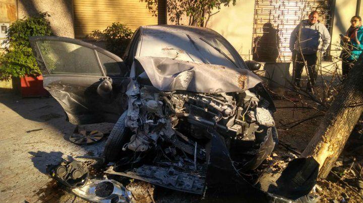 Impactante choque entre un taxi y un auto particular