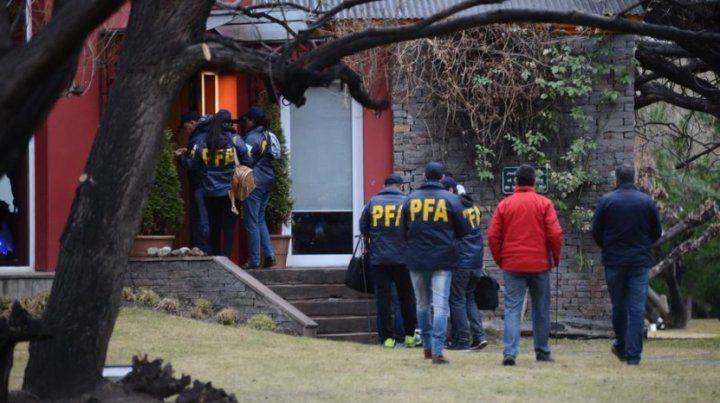 La policía federal allana la casa de Cristina por orden del juez Bonadio.